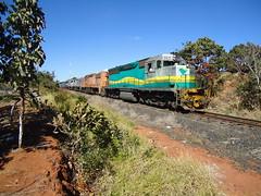 17562 DDM45 #860 + BB40-2 #8134 + 8121 + 8123 + DDM45 #821 com Trem Expresso E641 partindo para Araguari, Km645.500 em Uberlndia MG     (2) (Johannes J. Smit) Tags: brasil vale trens fca efvm vli