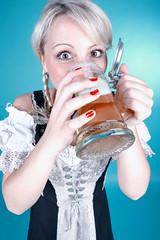 Oktoberfest Girl (Prost!) (FotoDB.de) Tags: münchen bayern mas oktoberfest bier prost krug dirndl tracht