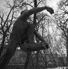 Klättraren (rotabaga) Tags: sverige sweden svartvitt blackandwhite bw bwfp göteborg gothenburg lomo lomography lubitel166 tmax400 120 6x6 mediumformat mellanformat