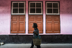 bangkok (Roberto.Trombetta) Tags: asia thailand bangkok woman girl loneliness lone building sonyalpha sony7rii sony7rmii batis225 carlzeiss zeiss carl sony alpha 7rii looking waiting melancholy people lifestyle shopping old soi dog train station market closed simmetry bag pink windows street photography road