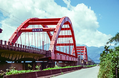 Kecheng No.1 Bridge (hiphopmilk) Tags: nikonfm2n nikonfm2 nikon fm2 35mm 135film film analog analogue kodak nikkor jaredyeh hiphopmilk taiwan yuli hualien kecheng bridge arch railway railroad train rail red sky cloud