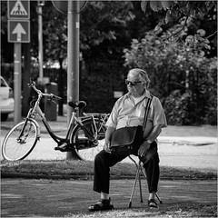 Make it easy on yourself (John Riper) Tags: johnriper street photography straatfotografie square vierkant bw black white zwartwit mono monochrome netherlands candid john riper canon rotterdam marine port worldportdays wereldhavendagen 6d 70200 l bike bicycle man sitting relax crutch stool traffic sign sun glasses us bags montego