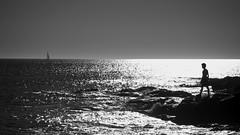 Le garçon, l'océan et le voilier - Explore (09/04/2017) (david49100) Tags: 2017 loireatlantique pornic avril bw d5100 nb nikon nikond5100 océan