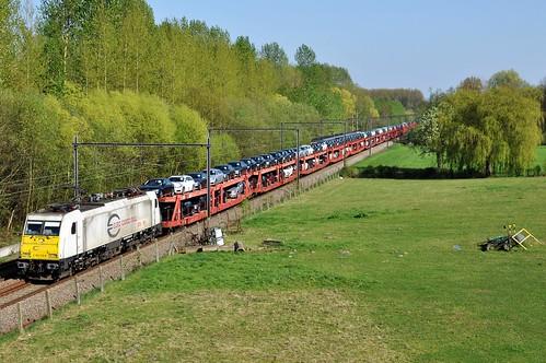 ECR E186 179-8 met de Mercedes autotrein passeert in Diepenbeek
