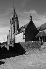 Eglise Saint-Miliau dans le village de Guimiliau (Bretagne, Finistre, France) (bobroy20) Tags: france religion bretagne glise tourisme morlaix finistre clocher clotre landivisiau saintthgonnec guimiliau enclosparoissial guillaumeroyer lieudecultebreton glisesaintmiliau