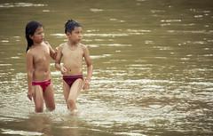 Refresco en el Nam Khan (Pyruslav) Tags: boy sunset girl swim river children bath laos lao luangprabang luang prabang