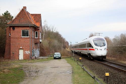 DB/DSB: ICE DT 605 passiert das Stellwerk in Neustadt (Holst) auf dem Weg nach Hamburg