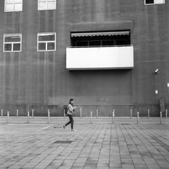 Milano (Valt3r Rav3ra - DEVOted!) Tags: rolleiflex milano medioformato film analogico ilforddelta400 bw biancoenero blackandwhite streetphotography street bicocca università university 120 6x6 valt3r valterravera visioniurbane urbanvisions people persone