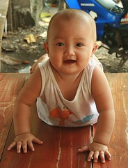 smiling baby (the foreign photographer - ฝรั่งถ่) Tags: smiling baby crawling khlong thanon portraits bangkhen bangkok thailand canon kiss