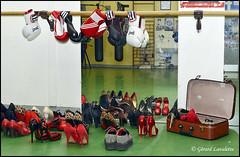 le vestiaire inattendu (gérard lavalette) Tags: chaussures sexy rouge panthère léopard creepers gantsboxe vestiaire gymnase club boxing valise fétiche escarpins gérardlavalette photographe