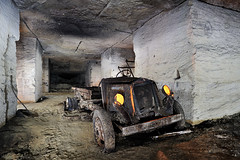 Un véhicule abandonné dans une ancienne champignonnière (flallier) Tags: carrière souterraine calcaire underground limestone quarry voiture car véhicule abandonné abandonned pilierstournés champignonnière mushroomcultivation