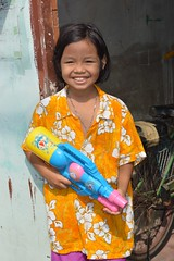 ready for action (the foreign photographer - ฝรั่งถ่) Tags: girl water squirt gun plastic songkran shirt khlong thanon portraits bangkhen bangkok thailand nikon d3200