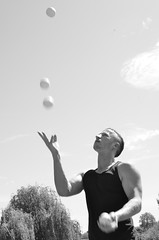 ADRIAN FLY [ PORTRAIT ] (EL JOKER) Tags: el joker les allummers prod 2017 adrian fly nikon d7000 afs dx nikkor 35mm f18g prairie des filtres toulouse jonglage jongle jongler cirque juggling juggle circus exterieur outdoor portrait noir et blanc noiretblanc black white blackandwhite b w n occitanie garonne midi pyrenees sud ouest south west fr france french meadow grassland filters nuage cloud ciel sky arbre tree