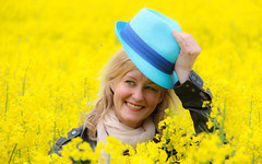 Greetings (Infomastern) Tags: woman field hat yellow lady rape greetings hatt raps rapeseed gult flt kvinna hlsning