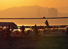 Santos / SP (De Santis) Tags: camera sunset pordosol brazil sol praia beach sport brasil nikon candid sãopaulo sigma sp santos ponta 70300mm esporte por goldenhour escondida pontadapraia futvolei footvoley d5100 fernandodesantis