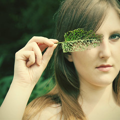 dentelle, demoiselle (_wysiwyg_) Tags: summer portrait leave nature look square countryside eyecontact mask lace adolescente blueeyes longhair simplicity teenager t campagne dentelle vegetal masque teenage feuille regard younggirl carr adolescence jeunefille summergames yeuxbleus vgtal cheveuxlongs simplicit croppedportrait jeuxdt