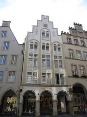 """""""Der Jugend, das Best"""", maison art déco, 1925, Prinzipalmarkt,  Münster, Rhénanie-du-Nord-Westphalie, Allemagne. (byb64) Tags: münster mönster westphalie rhénaniedunordwestphalie nordrheinwestfalen northrhinewestphalia renaniadelnortewestfalia renaniasettentrionalevestfalia westfalen westphalia westfalia vestfalia allemagne deutschland germany germania alemania europe europa eu ue rfa nrw maison casa haus house rue street via calle strasse pignon artdéco 1925 modernisme bauhaus"""