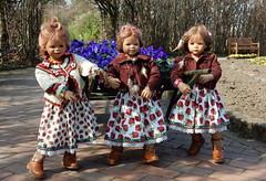 Kindergartenkinder ... machen blau ... (Kindergartenkinder) Tags: kindergartenkinder annette himstedt dolls tivi grugapark essen gruga frühling stiefmütterchen milina annemoni blumen personen