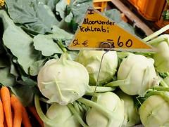 100_3_9802 Auf dem Wilhelmsburger Wochenmarkt wird Gemüse aus Moorwerder angeboten; frischer Moorwerder Kohlrabi liegt in der Kiste, daneben frische Möhren. (christoph_bellin) Tags: freie hansestadt hamburg stadtteil wilhelmsburg bezirk hafenbezirk gewerbegebiet kanal elbe norderelbe süderelbe insel bilder fotos fotografie stadtportrait wilhelmsburger wochenmarkt gemüse moorwerder frisch kohlrabi kiste frische möhren