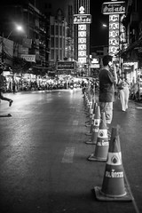 """Hello! Yes, i am waiting here in China Town...."" (mripp) Tags: art kunst retro vintage chonatown bangkok asia asien night black white mono monochrom street strafe city urban stadt traffic"