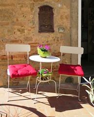 (giòvanna) Tags: toscana maremma bolgheri sedie tavolino cuscini sosta