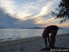 Yoga sun salutations at Kradan (3) (Eric Lon) Tags: kradanyogaavril2017 yoga sunrise salutations asanas poses postures beach plage mer thailand kradan island ile stretching flexibility etirement souplesse body corps fitness forme health sante ericlon