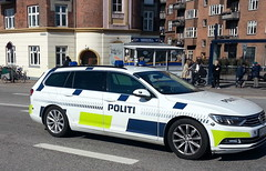 Copenhagen Police VW Passat passes a lgenedary Copenhagen sausage wagon (sms88aec) Tags: copenhagen police vw passat passes lgenedary sausage wagon