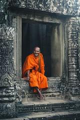 Happy Monk (rodrigocarabajal) Tags: fullframe a7ii a7m2 sonya7ii vollformat cambodia siem reap angkor environmentaportrait portrait