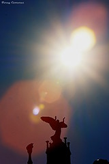 Dame tu luz / Dona'm la teva llum / Give me your light (Ferny Carreras) Tags: light sky sun luz sol angel hospital reflex bright cel cielo silueta modernismo santpau modernisme reflejos reflects llum brillo ángel silouethe hospitalsantacreuisantpau