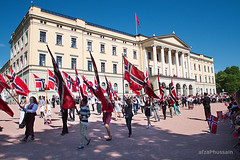 Celebration of 17th May in Oslo (Afzal H.) Tags: summer people sol colors freedom king colours folk anniversary sommer events crowd sunny palace flags parade celebration marchingband constitution redwhiteandblue flagg feiring jubileum nationalday farger nasjonaldag markering orkester frihet grunnlov hendelse folksomt
