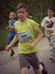 Luca (Cavabienmerci) Tags: boy boys kids youth race children de schweiz switzerland kid à child suisse von earring grand run course prix runners bern enfants earrings pied runner enfant berne junge laufen jungen läufer lauf coureur coureurs