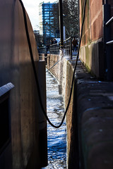 Wasserrohrbruch am Main - Wohin jetzt blo das ganze Wasser fliet? (S. Ruehlow) Tags: water river wasser frankfurt main kai fluss altstadt frankfurtammain ffm rivermain wasserrohrbruch mainkai bootsanlagestelle