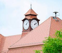 6777  Dach mit Uhrenturm - Gebäude Goethe Schule in Kyritz. (stadt + land) Tags: deutschland altstadt dach brandenburg gebäude goethe schule hansestadt uhrenturm bundesland historische landkreis kyritz ostprignitzruppin