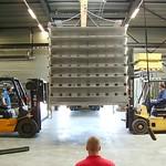 Het laden van een grote RVS geluiddemper, geschikt voor 100.000m³/h