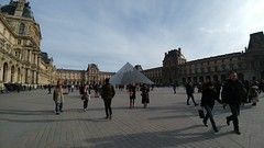 pres de Louvre (deadmanjones) Tags: louvrepyramid louvre muséedulouvre thelouvre