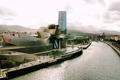 Entorno de la ría Nervión. Bilbao. (P.H.F.) Tags: zona del museo guggenheim bilbao torre iberdrola ría nervió nervión araña mamá cielo plomizo universidad de deusto