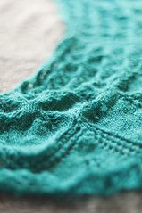 _DSC4289 (KateSi) Tags: verde green azul knitting blu lace silk knit merino vert bleu shawl knits knitted knitty aeolian maglia bl grnn sjal chal chle tricoter strikke hacerpuntos