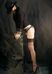chapeau noir II (laradivilsa) Tags: woman stockings mujer legs femme bas medias jambes piernas