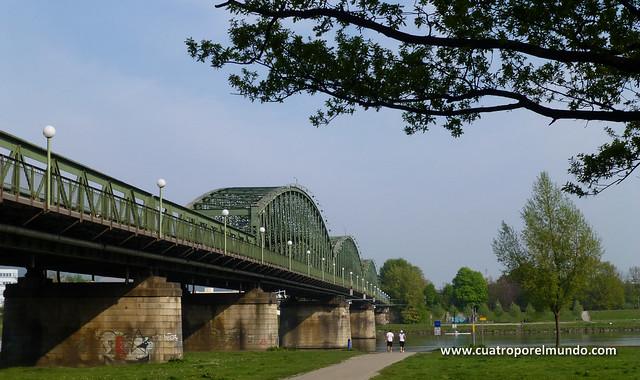 Puente sobre el rio Danubio