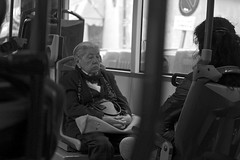 Señora seria en bus/Serious Lady on the bus (Joe Lomas) Tags: madrid street leica urban blackandwhite bw españa byn blancoynegro real calle spain candid bn m8 reality streetphoto urbano urbanphoto ancianos realidad callejero robado robados castizo realphoto fotourbana fotoenlacalle fotoreal photostakenwithaleica leicaphoto