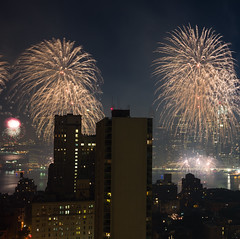 NYC Macy's Fireworks Show, July 4, 2014 (62 of 73) (Diacritical) Tags: nyc 35mm fireworks macys july4th 4thofjuly independenceday f40 summiluxm11435asph centerweightedaverage 60secatf40 leicamtyp240 15258am july52014