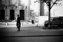 defender (gato-gato-gato) Tags: 35mm ch contax contaxt2 iso400 ilford ls600 noritsu noritsuls600 schweiz strasse street streetphotographer streetphotography streettogs suisse svizzera switzerland t2 zueri zuerich zurigo z¸rich analog analogphotography believeinfilm film filmisnotdead filmphotography flickr gatogatogato gatogatogatoch homedeveloped pointandshoot streetphoto streetpic tobiasgaulkech wwwgatogatogatoch zürich black white schwarz weiss bw blanco negro monochrom monochrome blanc noir strase onthestreets mensch person human pedestrian fussgänger fusgänger passant sviss zwitserland isviçre zurich autofocus