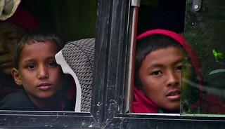 NEPAL, Auf dem Weg nach Pokhara, Menschen unterwegs, Kinder im Bus, 16033/8296