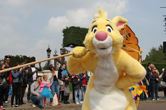 Swing into spring - Disneyland Paris - 1370 (Snyers Bert) Tags: park plaza parque paris france rabbit season spring euro disneyland events central disney swing resort coco promenade land frankrijk vrienden parc lapin parijs disneylandparis dlp mensen plaatsen centralplaza dlrp marnelavallee swingintospring printaniere disneysspringpromenade