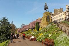 Princes Street Gardens - Edinburgh (Scotland UK) (Meteorry) Tags: park city uk morning people urban statue fleurs garden scotland spring edinburgh europe blossom unitedkingdom jardin princesstreetgardens april parc printemps matin 2014 meteorry cityofedinburgh prinsesstreet dnideann