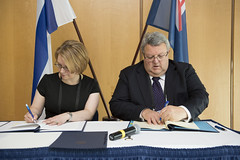 Minna Kivimäki and Gerry Brownlee signing agreement