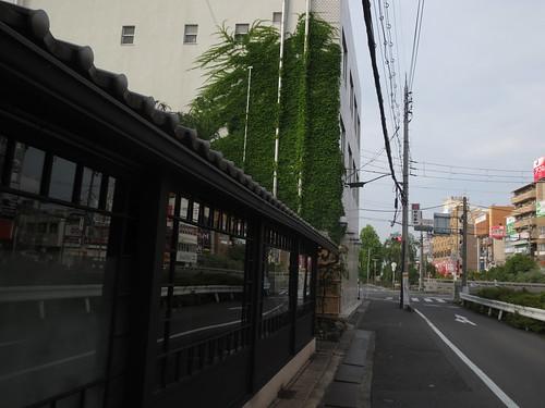 駅前へと行く道