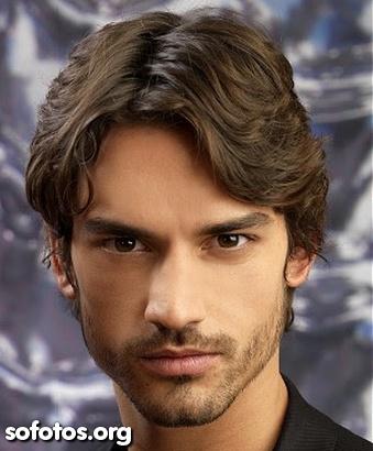 cabelo masculino liso repartido ao meio