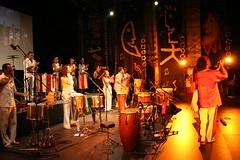 Afroeira Latino americando palco