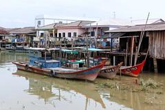 Kukup harbour (Fil de fer) Tags: fish port boat wooden fishing harbour quay malaysia bateau quai kukup malaisie pche pcheurs villageflottant maisonssurleau oisson